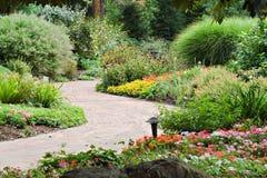 Senda para peatones del jardín Imagenes de archivo