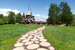 Senda para peatones a las iglesias de madera rusas viejas en Suzdal. Imagen de archivo libre de regalías