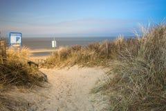 Senda para peatones a través de las dunas de arena que llevan a la playa Imagen de archivo libre de regalías