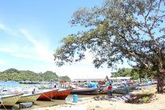 Sendang-biru Strand im südlichen Teil von Malang, Osttimor Indonesien mit Boot Lizenzfreie Stockfotos