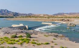 Sendelingsdrif, Namibië - Juli 10 2014: Concrete dambouw op Oranje Rivier, grens Zuid-Afrika en Namibië stock fotografie