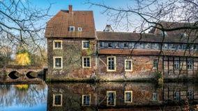 Senden, Coesfeld, Munsterland декабрь 2017 - Watercastle Wasserschloss Schloss Senden во время солнечного дня в зиме Стоковое Изображение