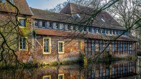 Senden, Coesfeld, Musterland dicembre 2017 - Watercastle Wasserschloss Schloss Senden durante il giorno soleggiato nell'inverno Fotografia Stock