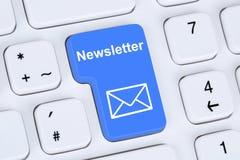 Senden des Newsletters auf Internet für Geschäftswerbekampagne Stockfotos