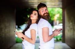 Senden Sie provozierende Mitteilung Paare ignorieren wirkliche Kommunikation Paare plaudernde Smartphones Mädchen und bärtiger Ma stockfotografie