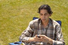 Senden von sms lizenzfreies stockfoto