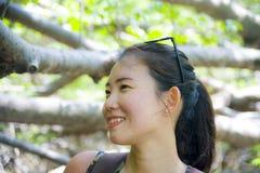 Senderismo chino asiático joven de la mujer del backpacker bonito y feliz y caminar viaje de la excursión en la montaña tropical  Imagen de archivo