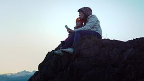 Senderismo de la madre y de la hija en las montañas almacen de metraje de vídeo
