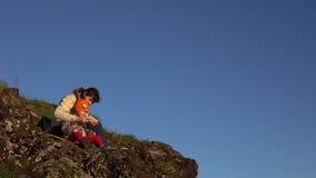 Senderismo de la madre y de la hija en las montañas metrajes