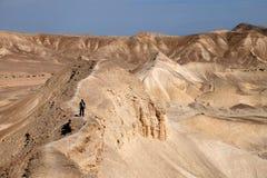 Senderismo de la montaña en el desierto de Judea fotografía de archivo