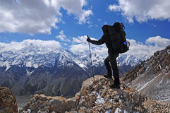 Senderismo de la mujer joven en montaña imagen de archivo
