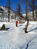 Senderismo de la nieve del invierno Fotografía de archivo