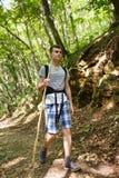 Senderismo del adolescente en el bosque Imagenes de archivo