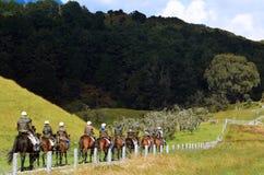 Senderismo del caballo y montar a caballo en Nueva Zelanda imagenes de archivo