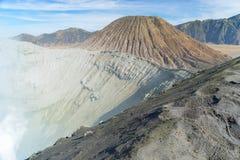 Senderismo del cráter de la montaña de Bromo Imagenes de archivo