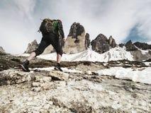 Senderismo del hombre en las montañas Canto de la montaña de Tre Cime fotos de archivo