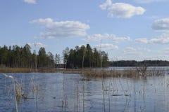 Senderismo, nubes sobre el lago imágenes de archivo libres de regalías