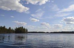 Senderismo, nubes sobre el lago Imagen de archivo
