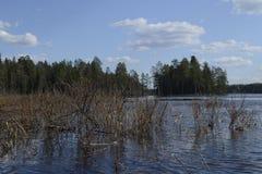Senderismo, nubes sobre el lago fotografía de archivo