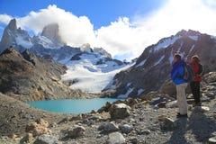 Senderismo turístico para ver la cumbre del Mt Fitz Roy en la Argentina Fotos de archivo