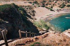 Sendero abajo a la laguna azul de la ciudad de Aghios Pavlos en la isla de Creta, Grecia Fotografía de archivo libre de regalías