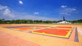 Sendero colorido del loto a la estatua de Buda en Phutthamonthon Fotografía de archivo libre de regalías