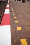 Sendero de la tira del rojo y del blanco entre el ferrocarril Imagenes de archivo