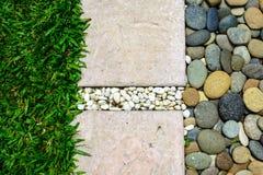 Sendero de piedra del ornamento con el guijarro y la hierba Imagen de archivo