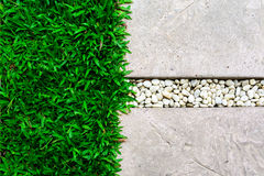Sendero de piedra del ornamento con el guijarro y la hierba Fotografía de archivo