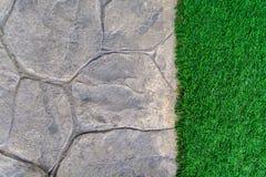 Sendero de piedra del ornamento con el guijarro y la hierba Fotos de archivo