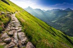 Sendero en las montañas en la salida del sol Imagen de archivo