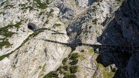 Sendero horizontal junto al acantilado escarpado de la montaña imagenes de archivo