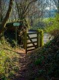 Sendero público del campo con la puerta abierta en primavera imagen de archivo libre de regalías