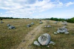 Sendero por las lápidas mortuarias antiguas Imagenes de archivo