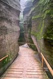 Sendero a través de la ciudad de la roca en Adrspach Foto de archivo