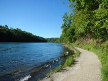Sendero turístico a lo largo de la orilla del río Imagen de archivo libre de regalías