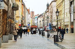 Sendlingerstraat overvol met mensen in München Stock Fotografie