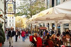 Sendlingerstrasse, ходя по магазинам встреча в центре Мюнхена Стоковое фото RF