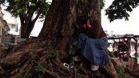 Sendo desempregado e abandonado, amadureça restos da mulher sob a árvore enorme que serve como seu domicílio filme