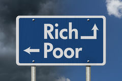 Sendo Rich Versus Poor imagens de stock