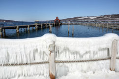 Seneca在冬天风暴`史特拉`以后的湖港口 免版税库存照片
