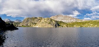 Seneca jezioro w Wind River pasmie, Skaliste góry, Wyoming, widoki od backpacking wycieczkuje śladu Titcomb basen od Elkhart P obraz royalty free