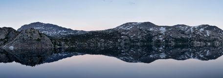 Seneca Lake in de Wind River-Waaier, Rocky Mountains, Wyoming, meningen van het backpacking van wandelingssleep aan Titcomb-Bassi stock afbeeldingen