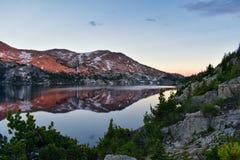 Seneca Lake in der Wind River-Strecke, Rocky Mountains, Wyoming, Ansichten von wanderndem Wanderweg zu Titcomb-Becken von Elkhart stockfotos