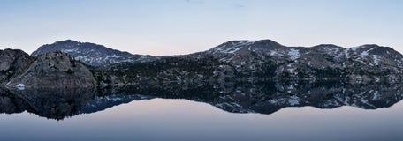 Seneca Lake en la gama de Wind River, Rocky Mountains, Wyoming, visiones desde hacer excursionismo la pista de senderismo al lava imagenes de archivo