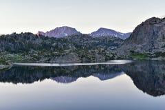 Seneca Lake na escala de Wind River, Rocky Mountains, Wyoming, vistas da fuga de caminhada backpacking à bacia de Titcomb de Elkh imagens de stock