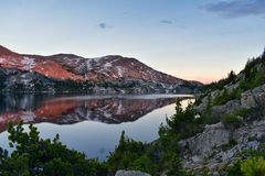 Seneca Lake nella gamma di Wind River, Rocky Mountains, Wyoming, viste dalla traccia di escursione backpacking al bacino di Titco fotografie stock