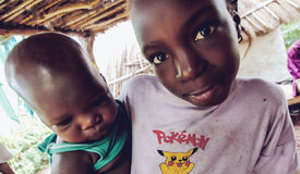 SENEGAL - 17 DE SEPTIEMBRE: Muchacha y bebé de la pertenencia étnica de Bedic, Foto de archivo libre de regalías