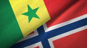 Senegal en Noorwegen twee vlaggen textieldoek, stoffentextuur vector illustratie