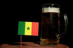 Senegal flaga z piwnym kubkiem na czerni Zdjęcie Royalty Free